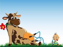 Η αγελάδα δίνει το γάλα στο μικρό παιδί Στοκ Φωτογραφία