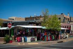 Η αγορά στη Σάντα Φε, Νέο Μεξικό Η δημιουργική πόλη της Σάντα Φε στο Νέο Μεξικό με το πλήθος του στοών και γλυπτού στοκ εικόνες