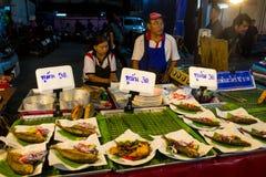 Η αγορά τροφίμων νύχτας στην Ταϊλάνδη, παραδοσιακή ασιατική αγορά πωλεί τα θαλασσινά Στοκ Εικόνες