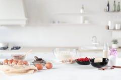 Η αγροτική κουζίνα με τα αυγά Στοκ Φωτογραφία
