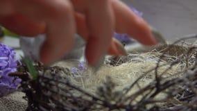 Η αεροσυνοδός προετοιμάζει τις διακοσμήσεις για τον πίνακα Πάσχας φιλμ μικρού μήκους