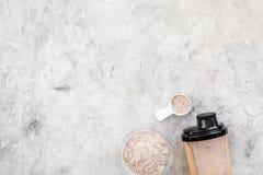 Η αθλητική διατροφή έθεσε με την πρωτεϊνική σκόνη για κοκτέιλ και σεσουλών το γκρίζο πετρών διάστημα άποψης υποβάθρου τοπ για το  στοκ φωτογραφίες με δικαίωμα ελεύθερης χρήσης