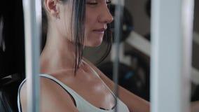 Η αθλητική όμορφη γυναίκα αποδίδει στην επέκταση ποδιών προσομοιωτών απόθεμα βίντεο
