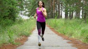 Η αθλήτρια έχει τη χαμηλή έναρξη που τρέχει έπειτα σε αργή κίνηση κάμερα της Sony απόθεμα βίντεο