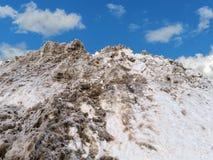 Η αιθάλη ρύπανσης κάλυψε τον οργωμένο σωρό χιονιού στοκ φωτογραφία με δικαίωμα ελεύθερης χρήσης