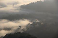 Η αιχμή προκύπτει από τα μαζικά σύννεφα Στοκ Εικόνες