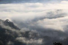 Η αιχμή προκύπτει από τα μαζικά σύννεφα Στοκ Εικόνα