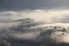 Η αιχμή προκύπτει από τα μαζικά σύννεφα Στοκ Φωτογραφία