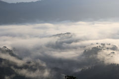 Η αιχμή προκύπτει από τα μαζικά σύννεφα Στοκ φωτογραφίες με δικαίωμα ελεύθερης χρήσης
