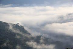 Η αιχμή προκύπτει από τα μαζικά σύννεφα Στοκ εικόνες με δικαίωμα ελεύθερης χρήσης