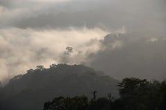 Η αιχμή προκύπτει από τα μαζικά σύννεφα Στοκ Φωτογραφίες