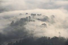 Η αιχμή προκύπτει από τα μαζικά σύννεφα Στοκ φωτογραφία με δικαίωμα ελεύθερης χρήσης
