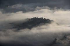 Η αιχμή προκύπτει από τα μαζικά σύννεφα Στοκ εικόνα με δικαίωμα ελεύθερης χρήσης