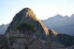 Η αιχμή Huayna Picchu πιάνει το φως του ήλιου πρωινού σε Machu Picchu, Cuzco, Περού στοκ εικόνα