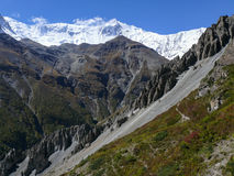 Η αιχμή Tilicho, περιοχή καθιζήσεων εδάφους, διέβρωσε τους βράχους - τρόπος στο στρατόπεδο βάσεων Tilicho, Νεπάλ Στοκ Εικόνα