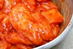 Η ακατέργαστη λωρίδα στηθών κοτόπουλου εζυμώνομσε την πικάντικη σκόνη Στοκ φωτογραφία με δικαίωμα ελεύθερης χρήσης