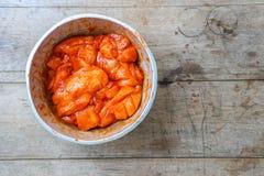 Η ακατέργαστη λωρίδα στηθών κοτόπουλου εζυμώνομσε την πικάντικη σκόνη Στοκ εικόνα με δικαίωμα ελεύθερης χρήσης