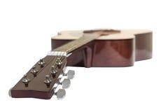 η ακουστική κιθάρα συγκομιδών σωμάτων ανασκόπησης περιλαμβάνει το απομονωμένο λευκό λαιμών Στοκ Εικόνα