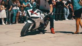 Η ακροβατική επίδειξη Moto παρουσιάζει Ακραίο Motorsports Οι ποδηλάτες παρελαύνουν και παρουσιάζουν κίνηση αργή φιλμ μικρού μήκους