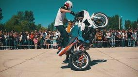 Η ακροβατική επίδειξη Moto παρουσιάζει Γύροι αναβατών Moto στην οπίσθια ρόδα Οι ποδηλάτες παρελαύνουν και παρουσιάζουν κίνηση αργ φιλμ μικρού μήκους
