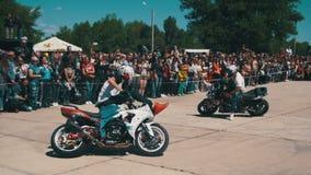 Η ακροβατική επίδειξη Moto παρουσιάζει Γύροι αναβατών Moto στην οπίσθια ρόδα Οι ποδηλάτες παρελαύνουν και παρουσιάζουν κίνηση αργ απόθεμα βίντεο