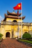 Η ακρόπολη της μακριάς αυτοκρατορικής πόλης Thang στο Ανόι με τη βιετναμέζικη εθνική σημαία, Βιετνάμ r στοκ εικόνες με δικαίωμα ελεύθερης χρήσης