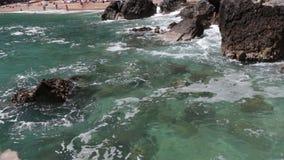 Η ακτή, η παραλία της Αδριατικής, τοπίο με τις απόψεις του θερέτρου του budva απόθεμα βίντεο