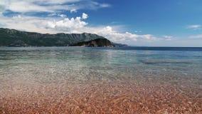Η ακτή, η παραλία της Αδριατικής, τοπίο με τις απόψεις του θερέτρου Budva απόθεμα βίντεο