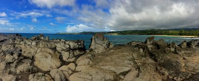 Η ακτή και οι τραχιοί βράχοι λάβας κάλεσαν τα δόντια Dragon's και τα συντρίβοντας κύματα στο σημείο Makaluapuna κοντά σε Kapalu Στοκ εικόνες με δικαίωμα ελεύθερης χρήσης