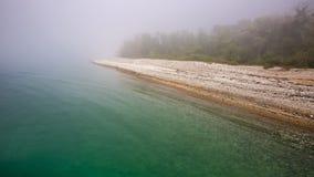 Η ακτή Μαύρης Θάλασσας στην ομίχλη πηγαίνει μακριά Στοκ Εικόνες