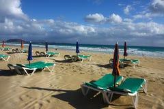 η ακτή ξαπλώνει ωκεάνιο sunshade Στοκ φωτογραφία με δικαίωμα ελεύθερης χρήσης
