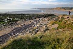 Η ακτή σε Pointe aux Oies κοντά σε Wimereux με την παραλία Ambleteuse στο υπόβαθρο, υπόστεγο δ ` Opale, Pas-de-Calais, Hauts de F Στοκ εικόνες με δικαίωμα ελεύθερης χρήσης