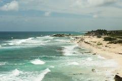Η ακτή της θάλασσας με τα κύματα Στοκ φωτογραφία με δικαίωμα ελεύθερης χρήσης