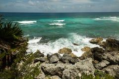 Η ακτή της θάλασσας με τα κύματα Στοκ Φωτογραφίες