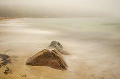 Η ακτή του Ατλαντικού Ωκεανού στην ομίχλη Μακροχρόνια έκθεση, καλλιτεχνική φωτογραφία στοκ εικόνες