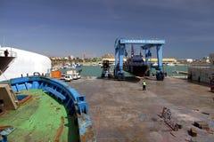 Η ακτοφυλακή του ισπανικού τελωνείου πέρα από ένα travelift πριν από πηγαίνει στο νερό στοκ εικόνα
