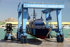 Η ακτοφυλακή του ισπανικού τελωνείου πέρα από ένα travelift πριν από πηγαίνει στο νερό στοκ φωτογραφία