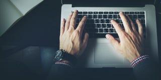 Η δακτυλογράφηση εργασίας επιχειρηματιών συνδέει την έννοια σημειωματάριων στοκ φωτογραφία