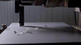 Η αλέθοντας μηχανή είναι τέμνον ανώτερο στρώμα της λεπτομέρειας μετάλλων για τη διαμόρφωση του, τα ξέσματα μετάλλων πέφτουν, κινη απόθεμα βίντεο