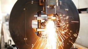 Η αλέθοντας μηχανή κόβει το σωλήνα και πολύ πέταγμα σπινθήρων απόθεμα βίντεο