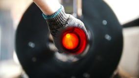 Η αλέθοντας μηχανή κόβει το σωλήνα, πολλοί σπινθήρες, το αρσενικό χέρι κρατά το σωλήνα απόθεμα βίντεο