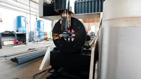 Η αλέθοντας μηχανή κόβει το σωλήνα, πολλοί σπινθήρες απόθεμα βίντεο