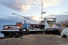 Η αλιεία της γριπίζοντας βάρκας φθάνει στους λιμένες Avatiu Rarotonga Cook Στοκ Φωτογραφία