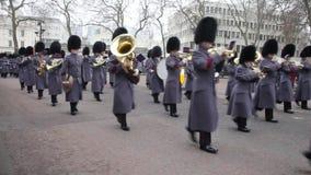 Η αλλαγή των φρουρών που εκτελούνται από το σύνταγμα Coldstream της μεγαλειότητάς της των φρουρών ποδιών, Λονδίνο, UK απόθεμα βίντεο