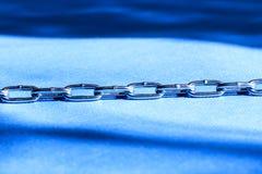 Η αλυσίδα είναι μέταλλο μπλε ανασκόπησης ήπια πεδίο βάθους ρηχό Κινηματογράφηση σε πρώτο πλάνο Στοκ εικόνα με δικαίωμα ελεύθερης χρήσης