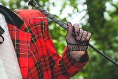 Η αμαζώνα παραδίδει το γάντι διχτυών ψαρέματος Στοκ Εικόνα