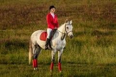 Η αμαζώνα σε ένα κόκκινο άλογο Αναβάτης σε ένα άλογο βόρειο pyatigorsk αλόγων ιπποδρόμων Καύκασου που συναγωνίζεται τη Ρωσία Αναβ Στοκ Εικόνες