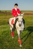 Η αμαζώνα σε ένα κόκκινο άλογο Αναβάτης σε ένα άλογο βόρειο pyatigorsk αλόγων ιπποδρόμων Καύκασου που συναγωνίζεται τη Ρωσία Αναβ Στοκ εικόνες με δικαίωμα ελεύθερης χρήσης