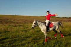 Η αμαζώνα σε ένα κόκκινο άλογο Αναβάτης σε ένα άλογο βόρειο pyatigorsk αλόγων ιπποδρόμων Καύκασου που συναγωνίζεται τη Ρωσία Αναβ Στοκ Εικόνα