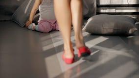 Η αμερικανική γυναίκα με τα πόδια περπατώντας στη συνεδρίαση κοριτσιών στο καθιστικό απόθεμα βίντεο